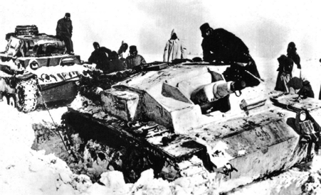 ледените клещи на зимата - немски танк изтегля подвижно оръдие от снежна преспа